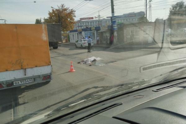 Пешеход выбежал на дорогу рядом с остановкой