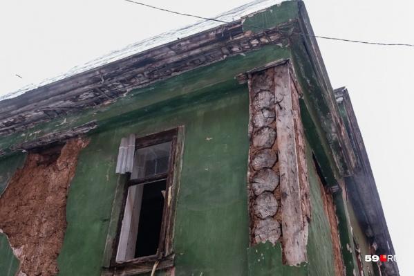 В таком состоянии здание находится годами