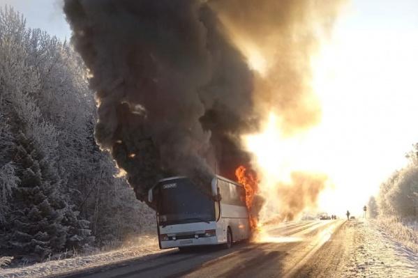 Автобус загорелся после того, как его начали чинить