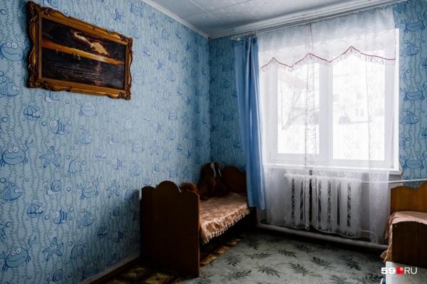 Это комната для свиданий в женской колонии. Здесь осужденные могут пообщаться со своими детьми