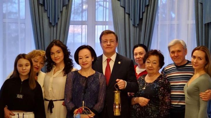 «Наконец-то фото с семьёй!»: губернатор Азаров показал подписчикам своих родных