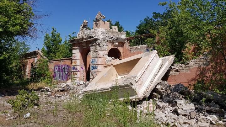 «Обрушили обе башни и входную группу»: в Волгограде варварски сносят стадион «Монолит»