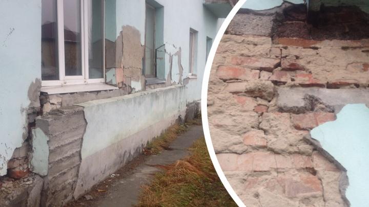 Ждет сноса до 2027 года: в Тюмени разрушается дом, в котором раньше жили работники элеватора
