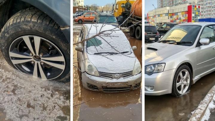 Два десятка машин затопило из-за прорыва трубы в Белых Росах
