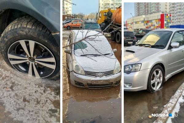 Десятки машин оказались затоплены из-за прорыва трубы