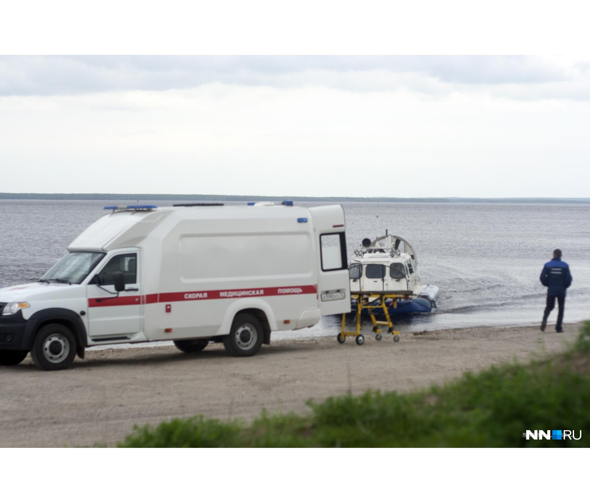 При нас катер привез человека, которого встретила на берегу скорая — видимо, потребовалась помощь кому-то из отдаленной деревни