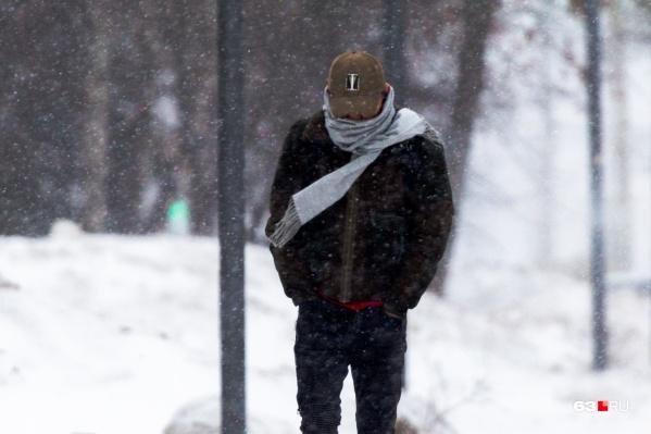 Метеорологи советуют не убирать зимние вещи