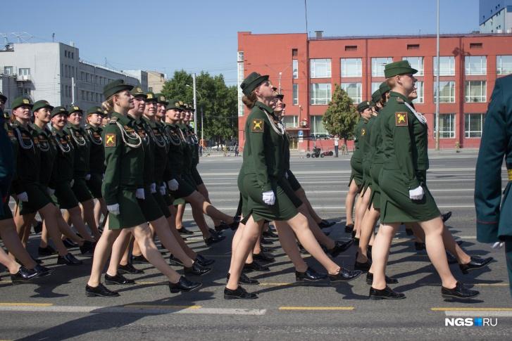 Поучаствовал в параде и прекрасный пол— по площади прошел маршем сводный парадный расчет девушек-военнослужащих