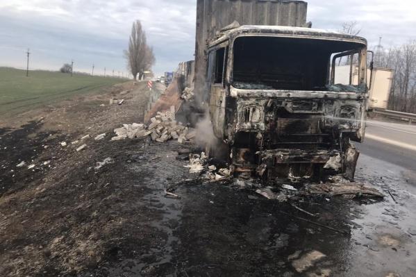 За рулем фуры находился 54-летний водитель. С огнем справиться он не смог