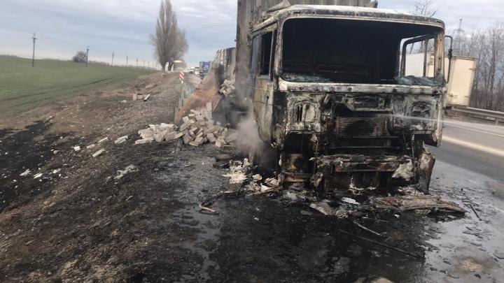 Охваченная огнем фура на трассе Ростов — Таганрог попала на видео