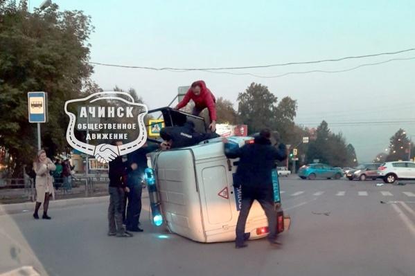 Прохожие помогли полицейским выбраться из машины