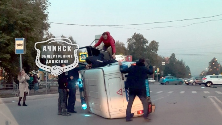Водитель не заметил летящий через перекресток полицейский УАЗик и опрокинул его