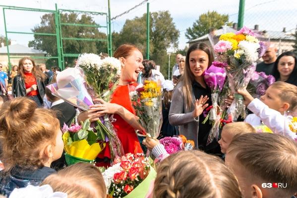 Дарить цветы учителям на День знаний — давняя традиция