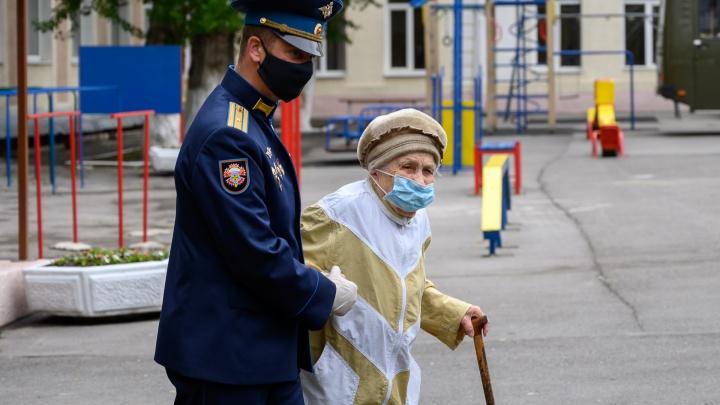 Концерт для одного двора: трогательные кадры о том, как поздравили ростовских ветеранов с 9 Мая