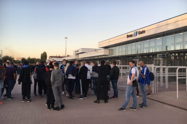 Накануне вечером болельщики собрались на проходных стадиона