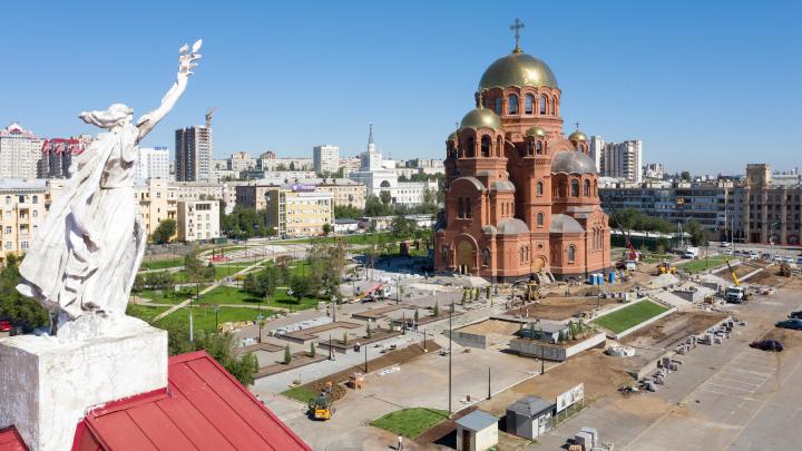 Фонтан с крестом и неоновая подсветка: как выглядит Александровский сад в центре Волгограда за 7 дней до открытия