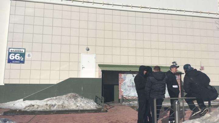 На видео попало задержание мужчины, который взял в заложники жену в магазине на Фадеева