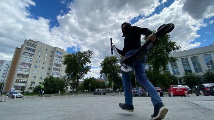 В Екатеринбурге задержали похитителя электросамокатов. Он оставил в прокате свои права