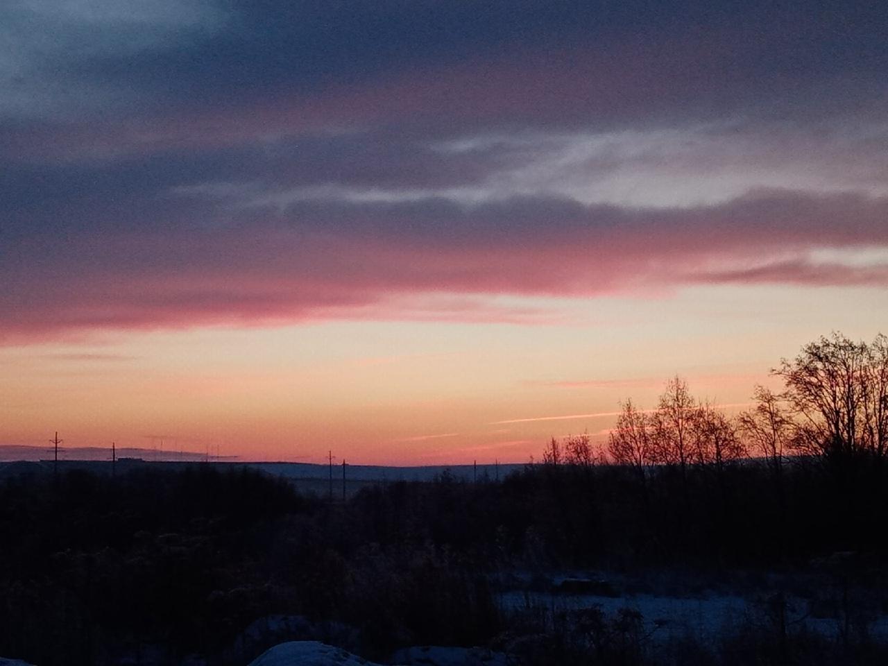 Здесь солнце только начинает вставать, поэтому небо частично фиолетового цвета