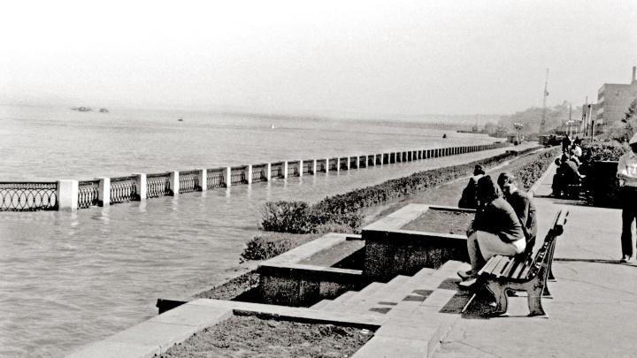 Вода доходила до парапетов: показываем фото затопленной набережной прошлого века