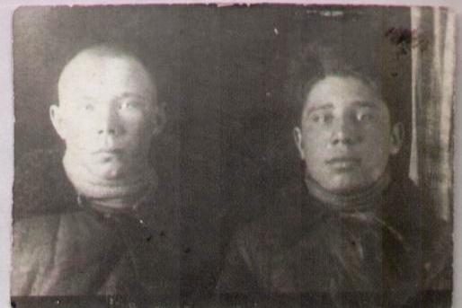 На фотографииМидхат Файзуллин, а рядом его друг Гизятдин Морозов. Это фото сделано 19 февраля 1943 года. Им здесь по 18 лет
