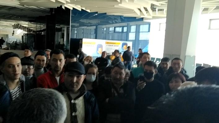 Застрявшие в Толмачёво жители Киргизии объявили голодовку — в аэропорту живут больше 200 человек