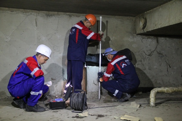 Рабочие затампонируют канализации должников