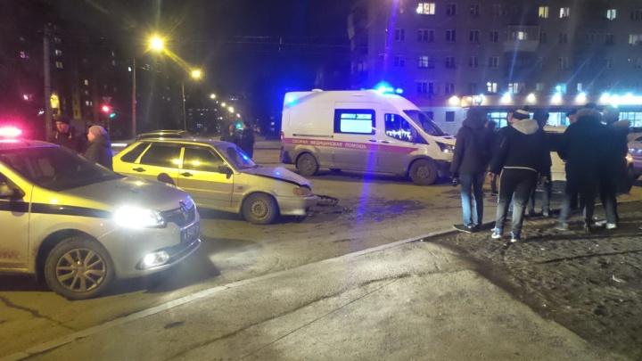 На Эльмаше столкнулись Lada и Mitsubishi, одну пассажирку увезли на скорой