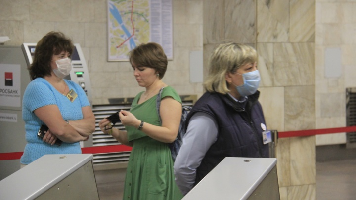 «Включают всё своё обаяние»: сотрудницы метрополитена начали убеждать пассажиров покупать маски
