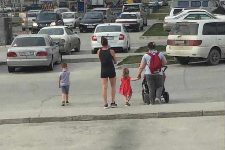 В такую жаркую погоду сложно усидеть дома с детьми