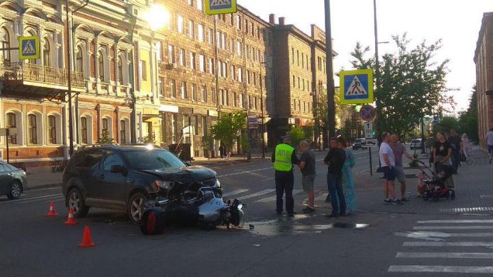 В центре города мотоциклист угодил под колёса паркетника