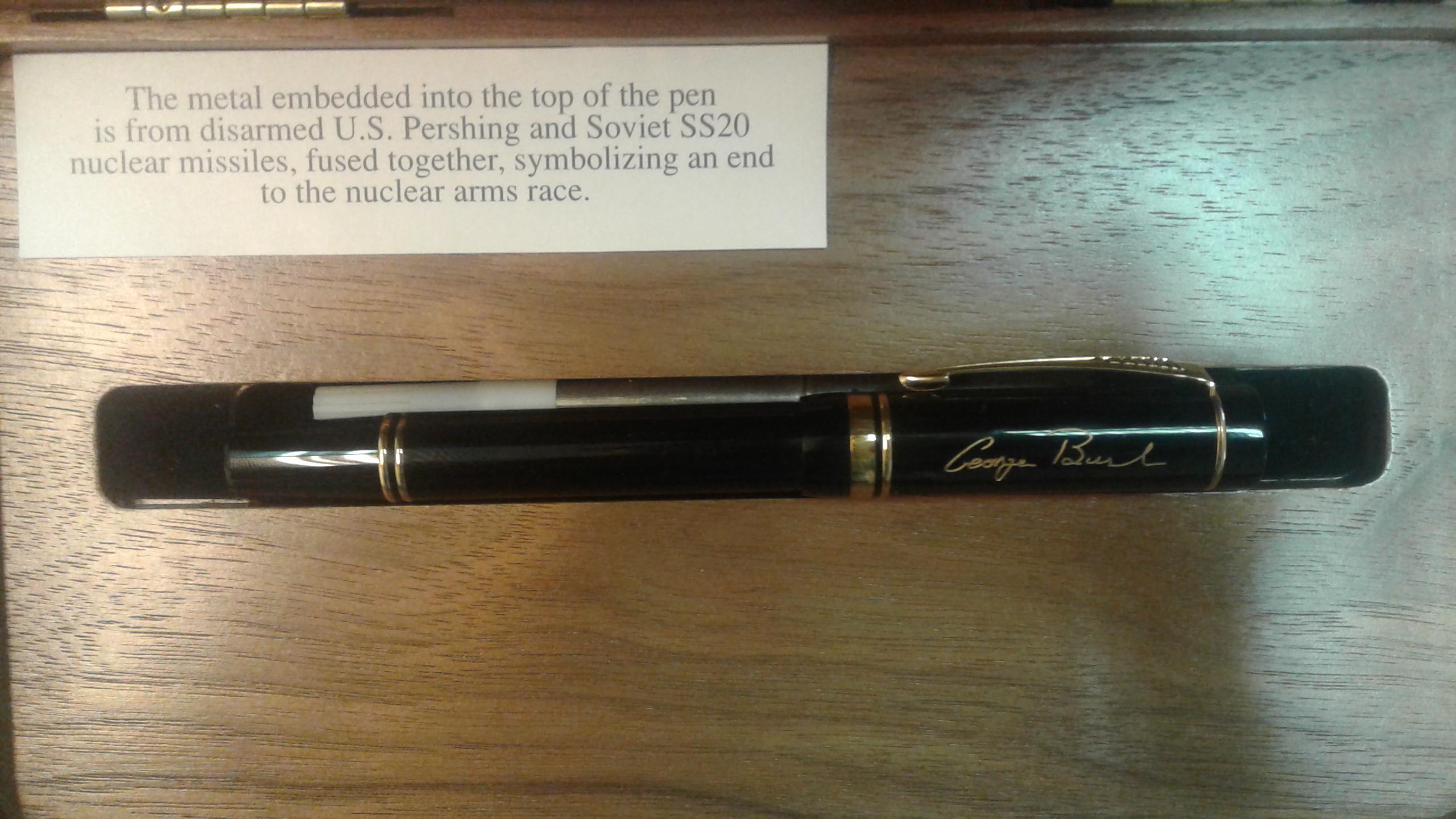 Эту ручку Борису Ельцину подарил Джордж Буш,когда они подписывали договор о сокращении вооружений. Кончик ручки выполнен из стали ракеты