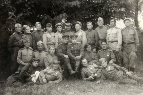 На этом снимке, сделанном в 1944-м, запечатлена 96-я танковая бригада. Эти солдаты участвовали в форсировании Днепра, Буга, Днестра и Дуная. Николай Александров здесь четвертый слева во втором ряду&nbsp;<br>