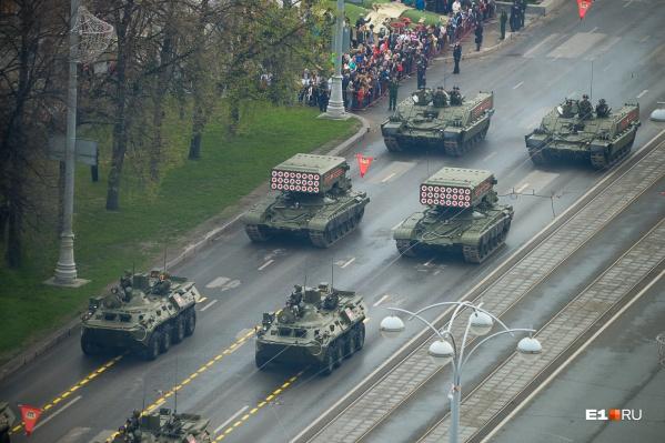 Бронетехника проедет во главе патриотической колонны