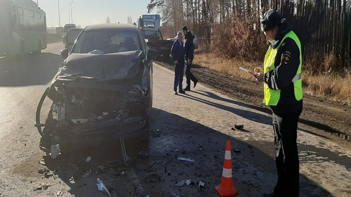 Под Екатеринбургом самосвал столкнулся с Mazda: в аварии пострадал 7-летний мальчик