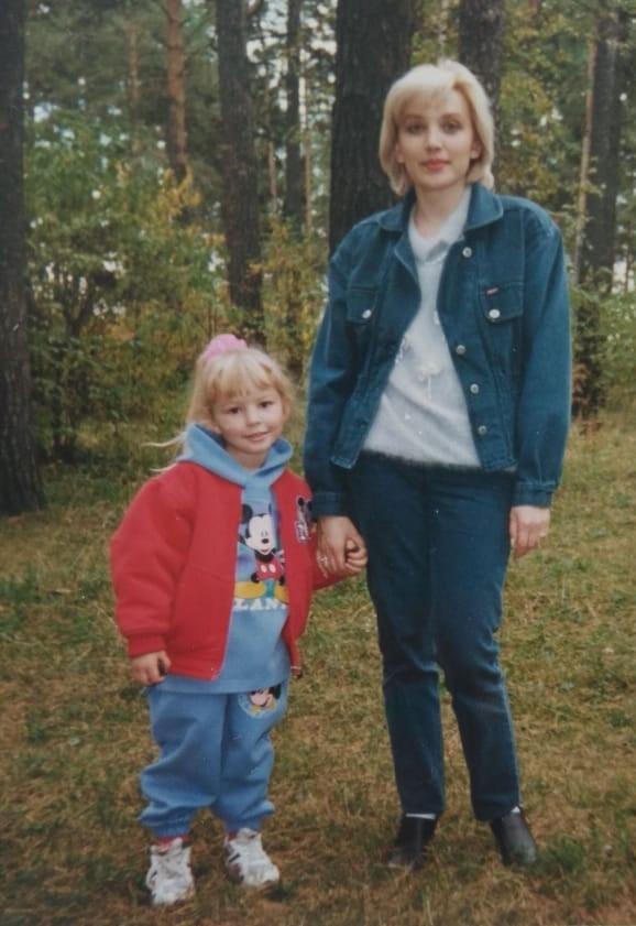 Слева на этом фото — обозреватель НГС Мария Тищенко. Фото сделано в 1996 или 1997 году. На костюме Марии — Микки Маус. Сейчас, когда прошло больше 20 лет, на детской одежде чаще изображают героев комиксов