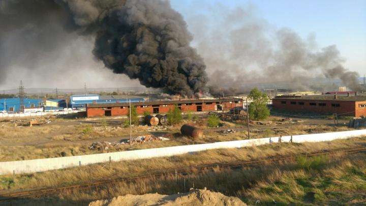 «Сгорели миллионы»: огромный пожар на складах по Пограничников потушили только к утру