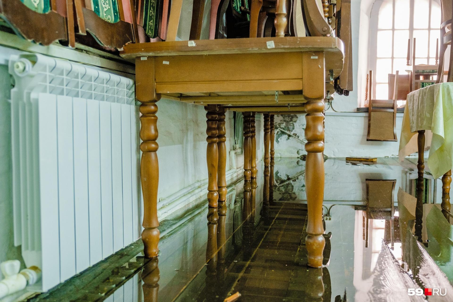 А в залах самого музея стоит вода