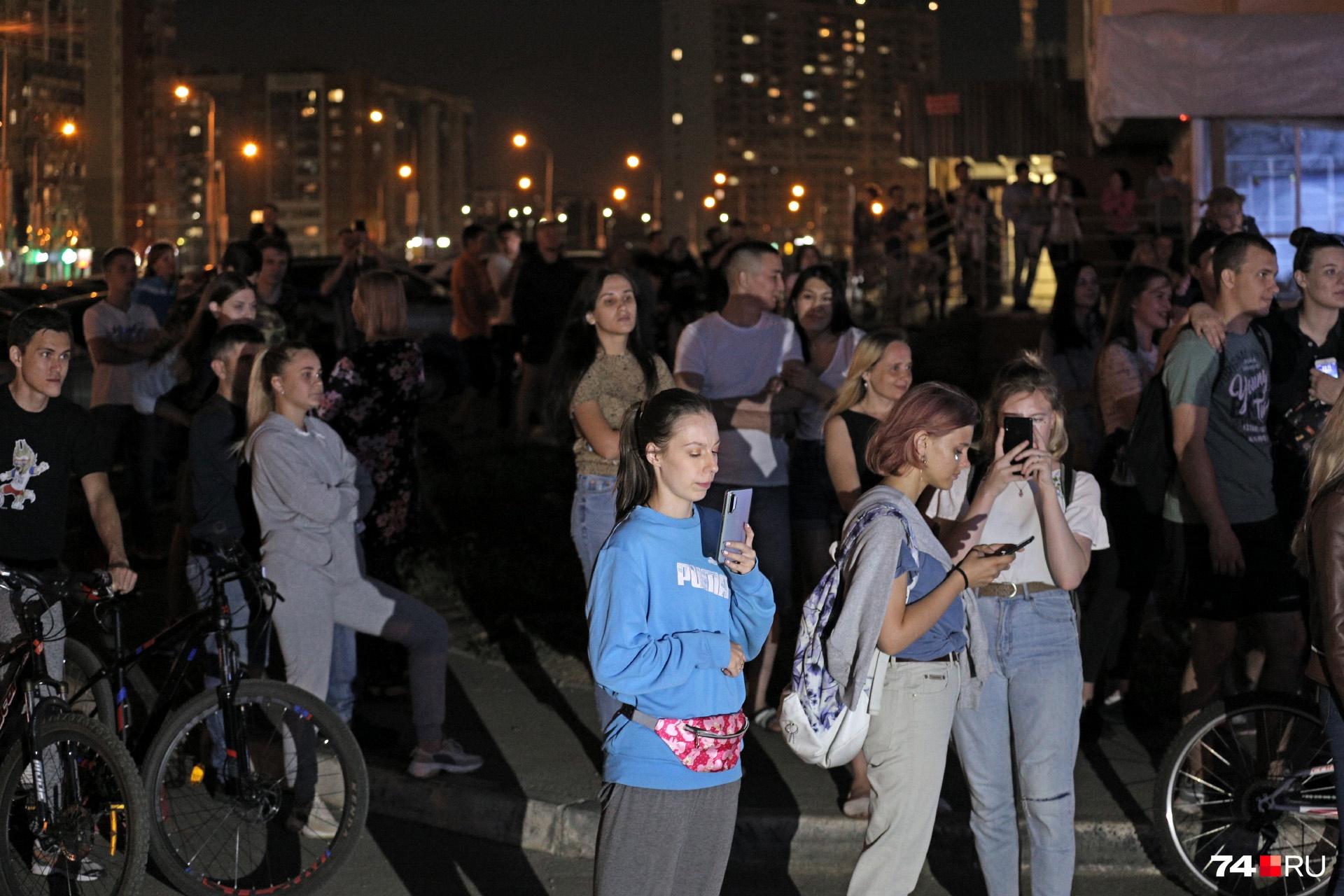 Официально в Челябинске массовые мероприятия пока запрещены, но, кажется, в этой толпе все об этом уже забыли