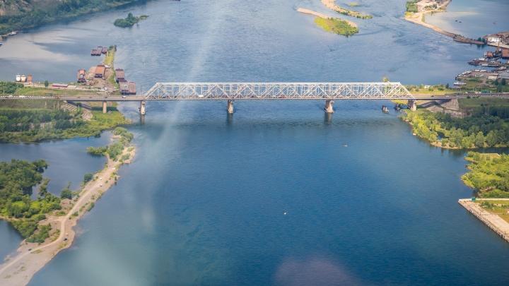 Рабочие промзоны у моста «777» выловили из Енисея утонувшую женщину