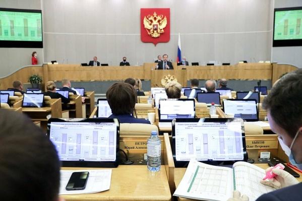 Из 322 депутатов четыре воздержались при голосовании, один высказался против