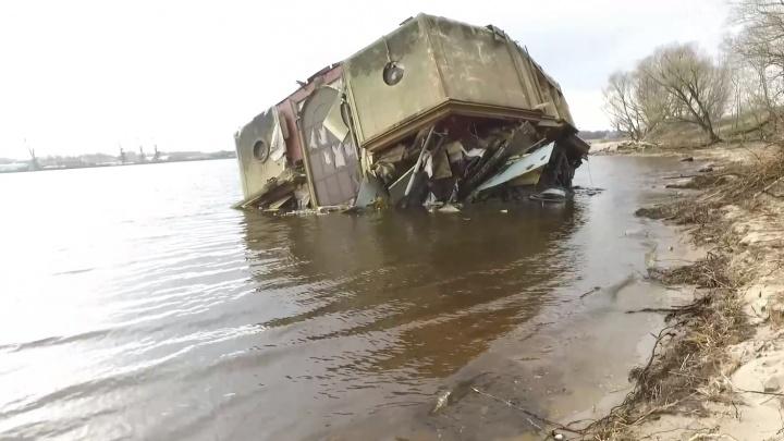 «Пока тащили — развалился»: со дна Волги достали утонувший ресторан-дебаркадер. Видео