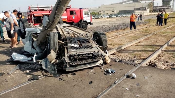 «Умер до приезда скорой помощи»: под Волгоградом Peugeot превратился в груду металлолома на трамвайных путях