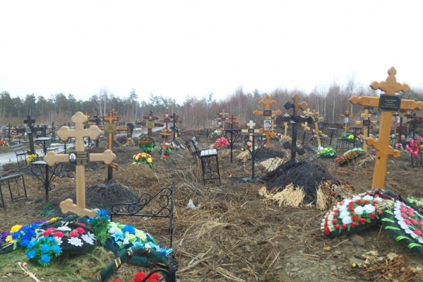 По словам очевидца, подожгли 68 могил