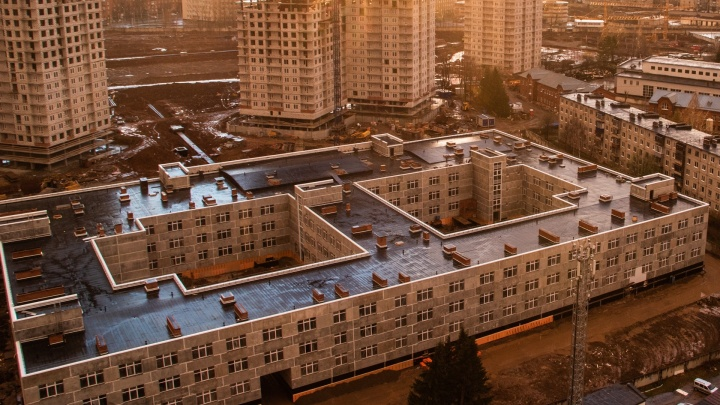 «Готов дать городу в бесплатное пользование максимум на пять лет». Репин рассказал о планах на школу в «Красных казармах»