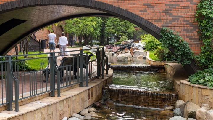 Нашли жилой комплекс, в который влюблены все жители — для них сделали свой водопад, пруд и арку для селфи