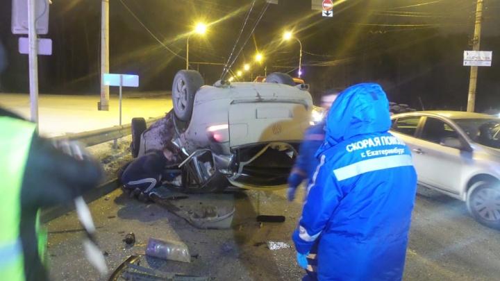 На Объездной фургон протаранил Volkswagen, легковушку отбросило в сторону и перевернуло на крышу