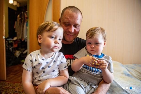 Юру (слева) назвали в честь Гагарина — потому что родился первым, а имя Артёму выбрала мама