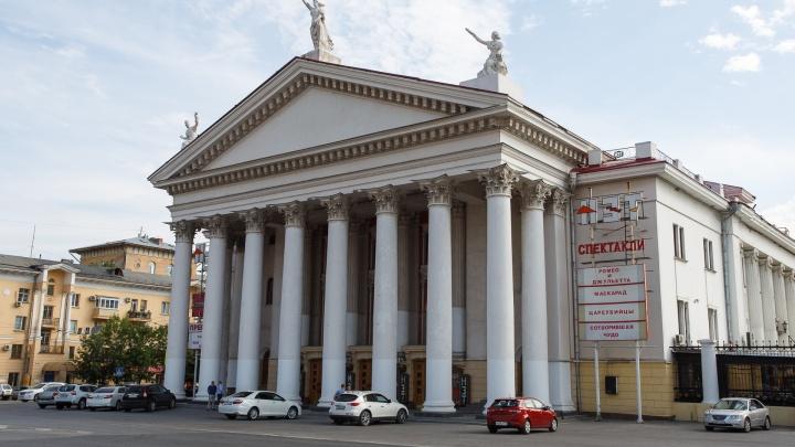 Зрители уходят, актеры остаются: в Волгограде из-за коронавируса закрыли еще два театра