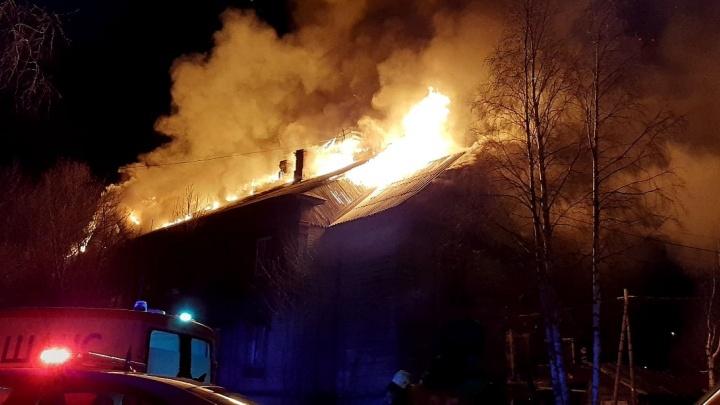 «Кровля полностью охвачена огнем»: ночью в Архангельске горела жилая «деревяшка». Видео